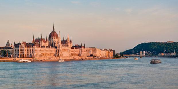 Wahrzeichen Budapests und größter Bau des Landes: das Parlament an der Donau