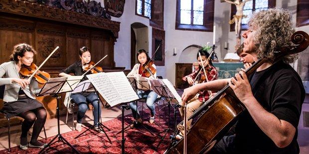 Steven Isserlis musiziert gemeinsam mit jungen Talenten