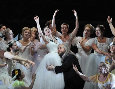 Elena Tsallagova (Nannetta), Noel Bouley (Falstaff), Chor und Statisterie der Deutschen Oper Berlin