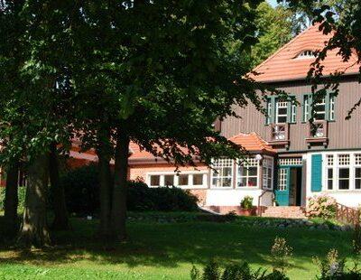 Nur eine der zahlreichen Spielstätten: Das Gerhart-Hauptmann-Haus auf Hiddensee