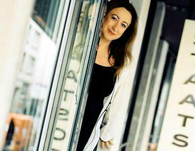 Simone Young vor der Hamburgischen Staatsoper
