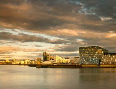 """Spektakuläre Glasfassade: das Konzerthaus """"Harpa"""" in Reykjavík"""