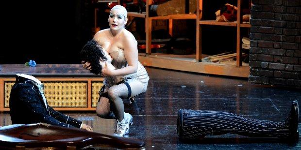 Antonia (Mandy Fredrich) mit der Hoffmann Puppe