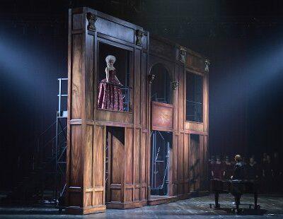 Fabienne Conrad (Giulietta), Jean-Noël Briend (Hoffmann), Chor und Extrachor des Theater Lübeck