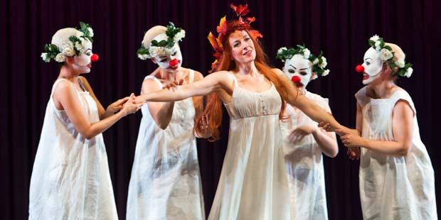 Agathe (Claudia Rohrbach), vier Brautjungfern ( Aoife Miskelly, Erika Simons, Ji-Hyun An, Anna Herbst )