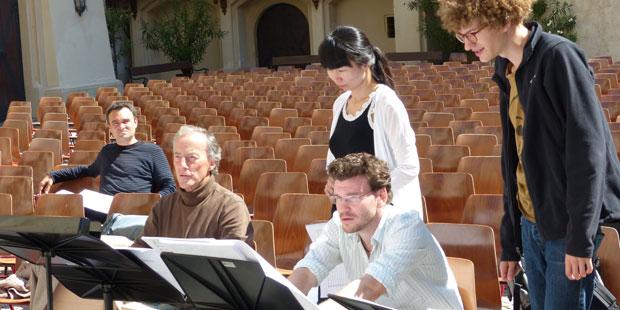 Dirigent Lothar Zagrosek (2. v. li.) nimmt die Partituren des Komponistennachwuchses in Augenschein