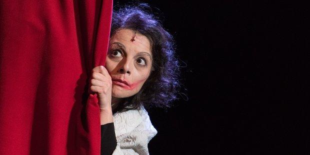 Sängerin und Schauspielerin Vasiliki Roussi als Édith Piaf