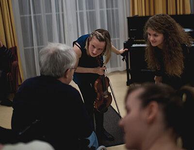 Gespräch zwischen den Musikerinnnen und einer Heimbewohnerin