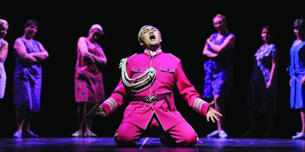Adam Kim (Macbeth) und Damen des Opernchor