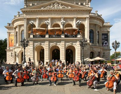 Spontanes Konzert: Auf Frankfurts Opernplatz stimmt Johannes Moser mit den Laien <i>Bruder Jakob</i> an