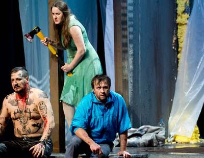 Randall Jakobsh (Hunding), Ekaterina Godovanets (Sieglinde) und Vincent Wolfsteiner (Siegmund)