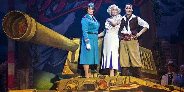 Erfolgreicher Kitsch mit den Geschwistern Pfster an der Komischen Oper Berlin: Nico Dostals <i>Clivia</i>