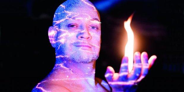 Feuergott Loge (Matthias Wohlbrecht) kann natürlich zaubern