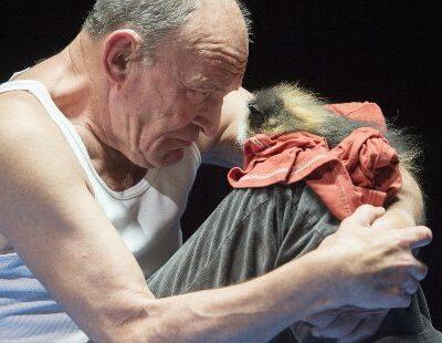 Schauspieler Michael Mendl mit Meerschweinchen