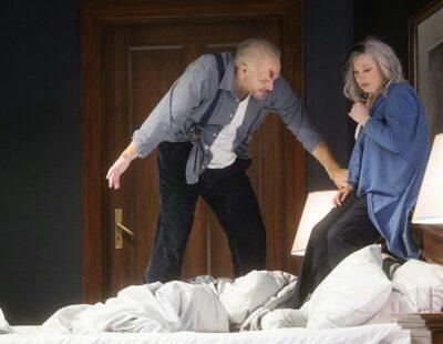 Blaubart (Bálint Szabó) verbirgt sein wahres Ich vor Judith (Claudia Mahnke)