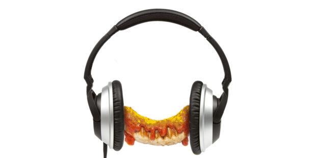 Currywurst mit Kopfhörern