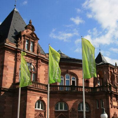 Heidelberger Frühling – Fahnen vor der Stadthalle