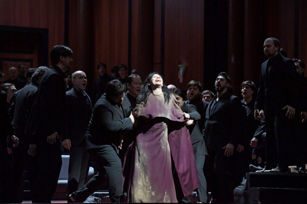 Tanja Ariane Baumgartner (Cassandre), Chor und Extrachor der Oper Frankfurt mit Chorgästen © Barbara Aumüller