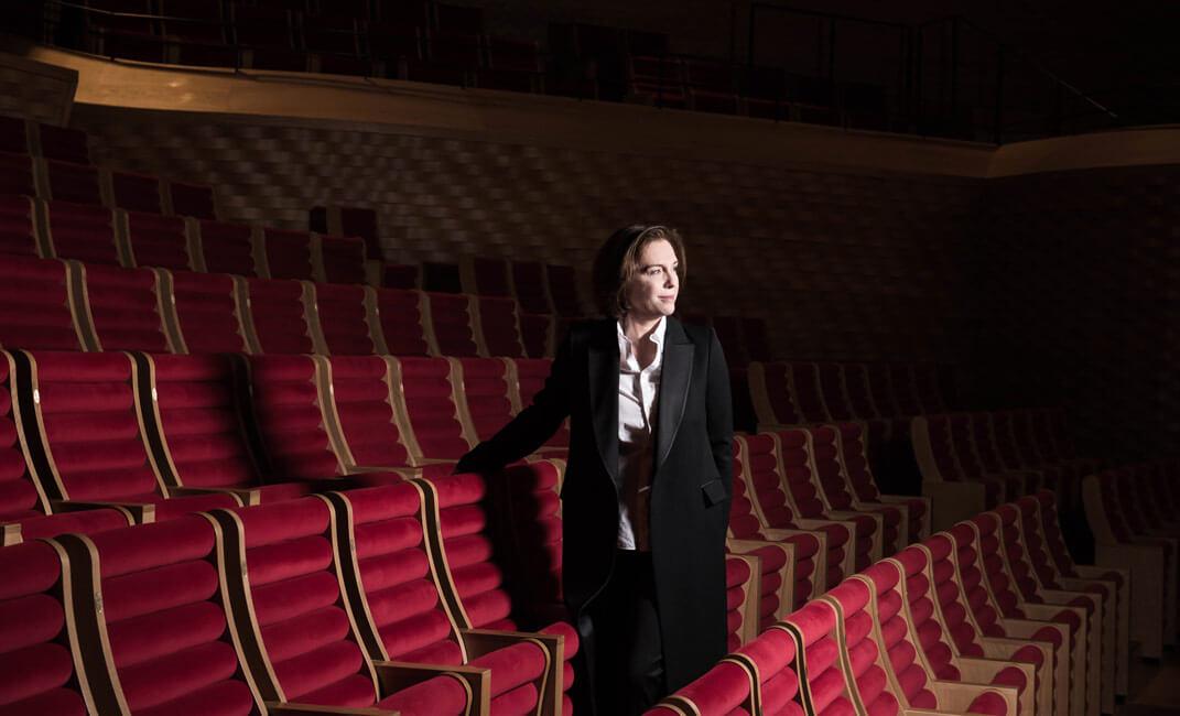 "Laurence Equilbey im Konzertsaal des ""La Seine Musicale"""