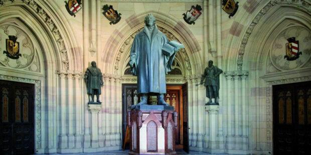 Lutherstatue im Vorraum der Gedächtniskirche Speyer