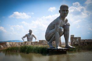 Die Riesen Fafner und Fasolt; Figuren am Teatro del Silenzio in Lajatico