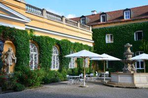 Evanglische Akademie Tutzing, Schlosshof vor dem Musiksaal