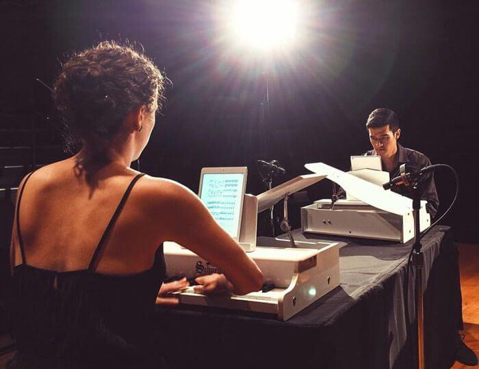 Das Klavierduo Hocket spielt auf Toy Pianos