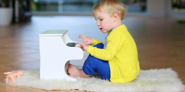 Kleinkind spielt Toy Piano