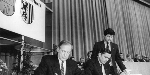 Die Bürgermeister Klaus von Dohnanyi und Wolfgang Berghofer unterzeichnen am 14.12.1987 den Vertrag der Städtepartnerschaft
