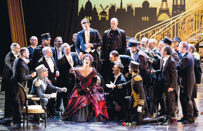 """Szene aus Lehárs """"Die lustige Witwe"""" am Staatstheater am Gärtnerplatz München"""