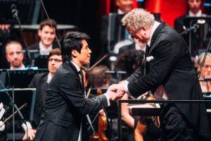 Neue Stimmen 2017: Der Gewinner des dritten Preises Mingjie Lei und Dirigent Graeme Jenkins