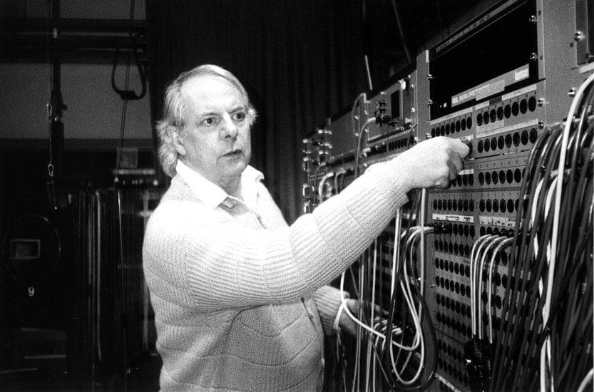 """Karlheinz Stockhausen 1994 im Studio für Elektronische Musik des WDR Köln bei der Produktion von """"Freitag"""" aus dem Zyklus """"Licht"""""""