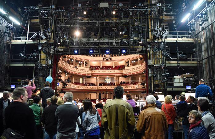 Perspektivenwechsel beim Tag der offenen Tür im Landestheater Altenburg: Das Publikum besichtigt die Bühne und blickt in den Zuschauerraum