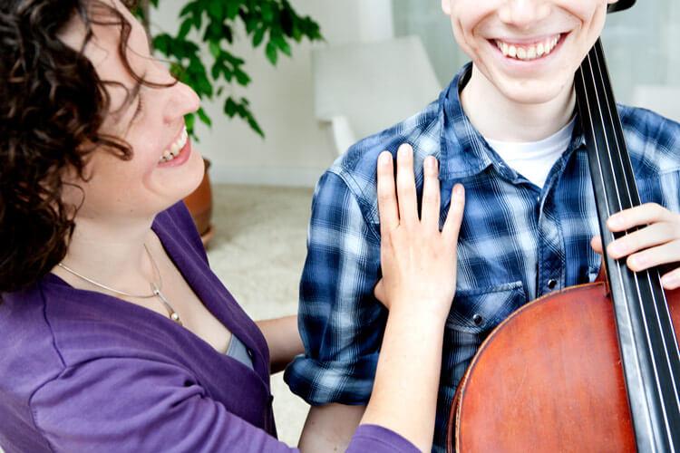 """Stefanie Buller (l.) bei einem ihrer """"Cello-Glück""""-Kurse"""