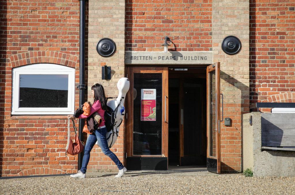 Aldeburgh Festival: Musikerin vor dem Britten-Pears-Building der Snape Maltings Concert Hall