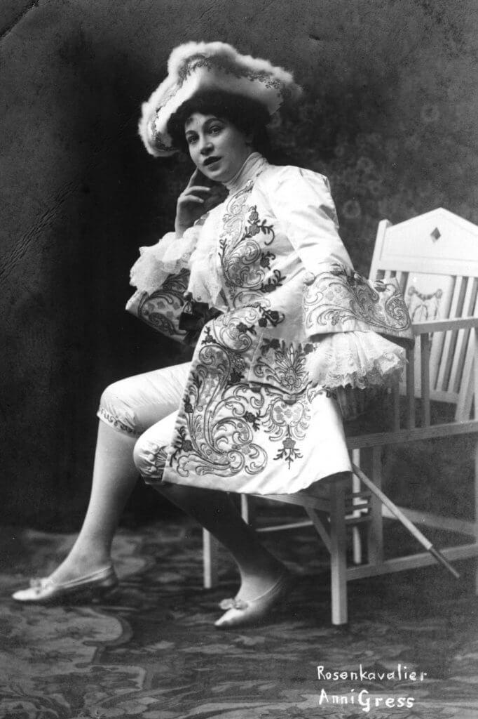 """Die Sängerin Anny Gress als Octavian in """"Der Rosenkavalier"""". Fotografie von Eduard Uhlenhuth, 1911-1919"""