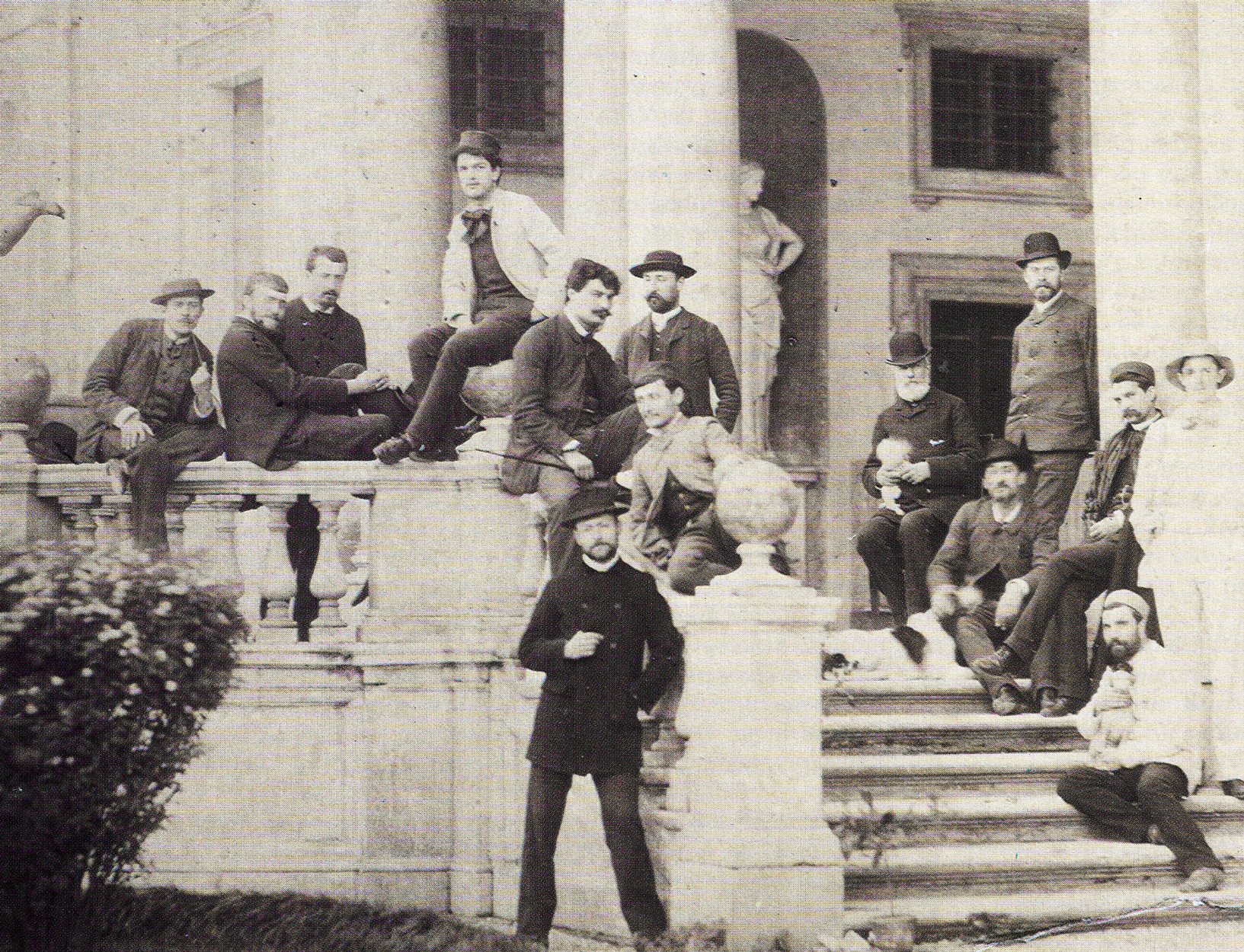 Claude Debussy (Mitte mit weißem Jacket) vor der Viall Medici, 1885