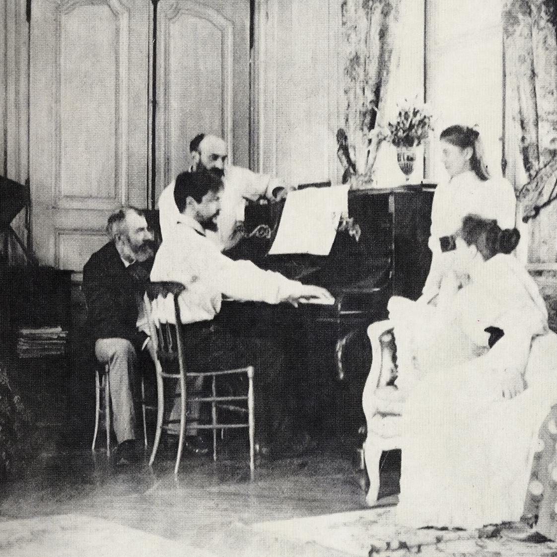 Claude Debussy am Klavier im Hause seines Freundes Ernest Chausson, 1893