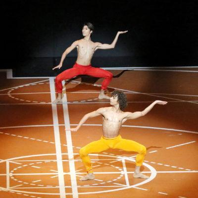 """Szenenbild aus """"Die Neunte"""" mit Tänzern des Béjart Ballets Lausanne und des Tokyo Ballets © H. Kiyonori"""