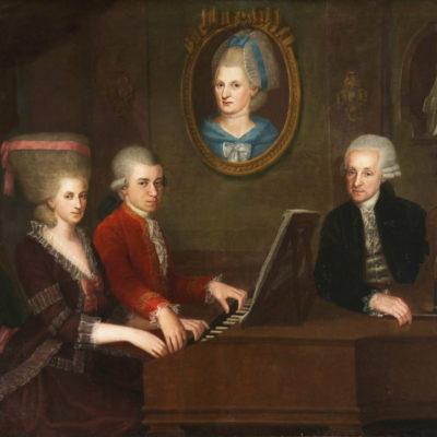 """Familienportrait: (v.l.) Maria Anna """"Nannerl"""", Wolfgang Amadeus, Anna Maria (im Gemälde) und Leopold Mozart. Gemälde von Johann Nepomuk della Croce"""