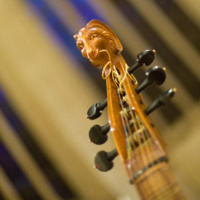 """Symbolbild """"Alte Musik"""". Verzierte Schnecke einer Gambe"""