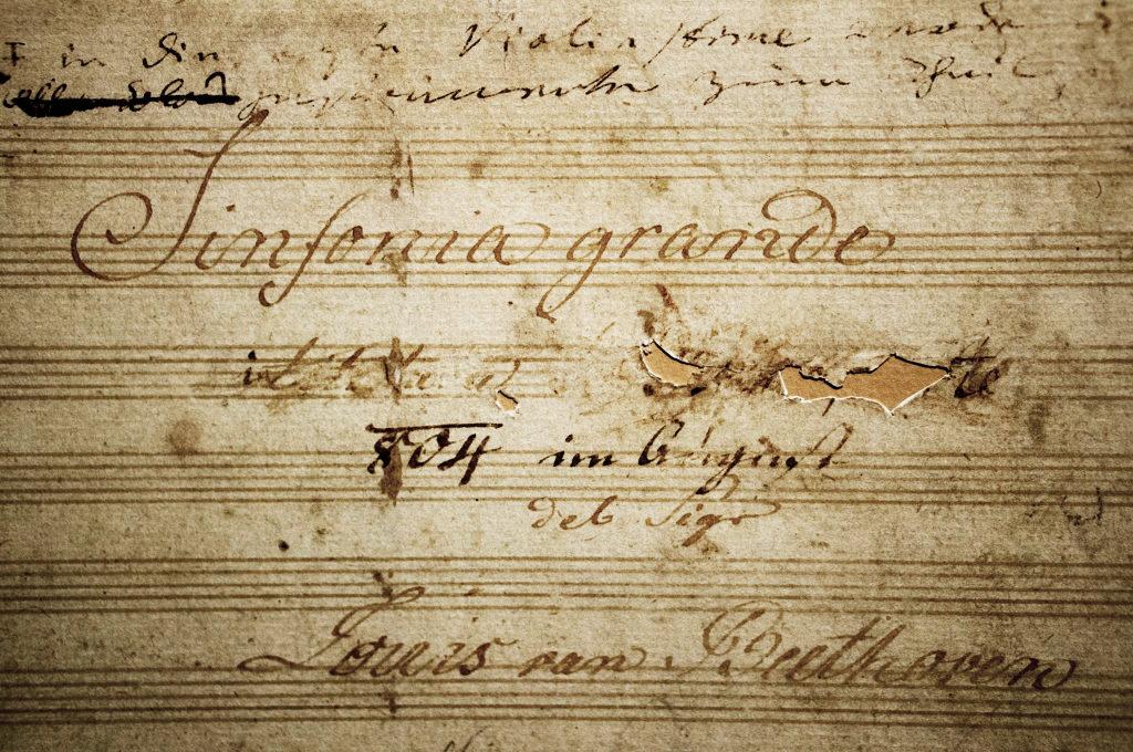 """Ludwig van Beethoven, Manuskript der Sinfonie Nr. 3 """"Eroica"""". Titelblatt mit der entfernten Widmung an Napoleon Bonaparte"""