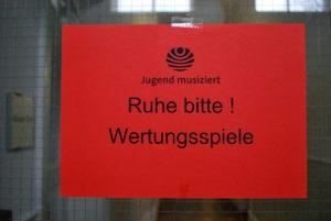 """Jugend musiziert. Hinweisschild """"Ruhe bitte! Wertungsspiele"""""""