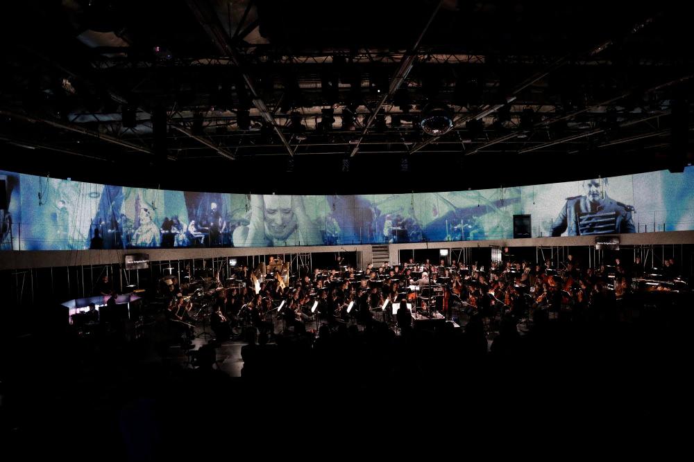"""Akt 4, Szene 1 mit Video-Sequenzen aus """"Die Soldaten""""an der Oper Köln"""
