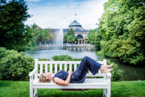 Artist in Residence Annette Dasch vor dem Kurhaus Wiesbaden