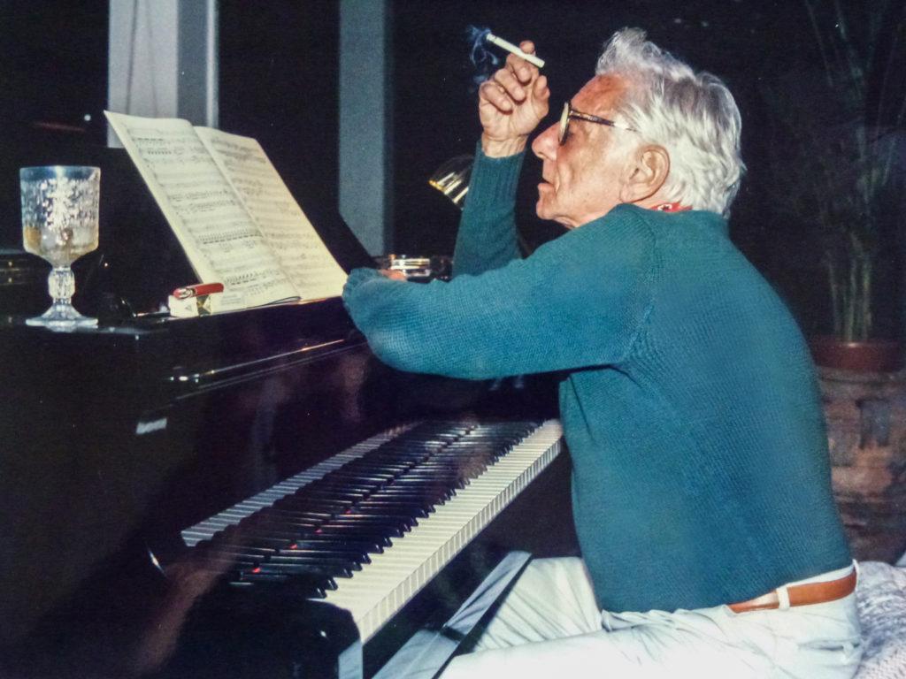 Leonard Bernstein am Flügel in der Finca von Justus Frantz