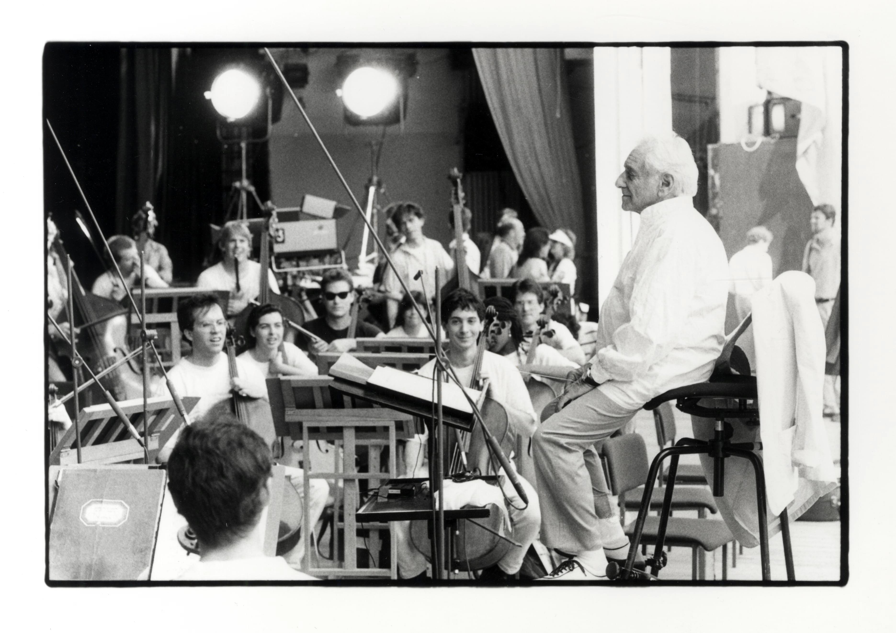 Leonard Bernstein probt mit dem Festivalorchester des Schleswig-Holstein Musik Festivals 1988