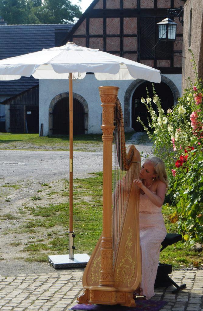 """Festival """"Voices"""". Harfenisten im Hof von Gut Holzhausen"""