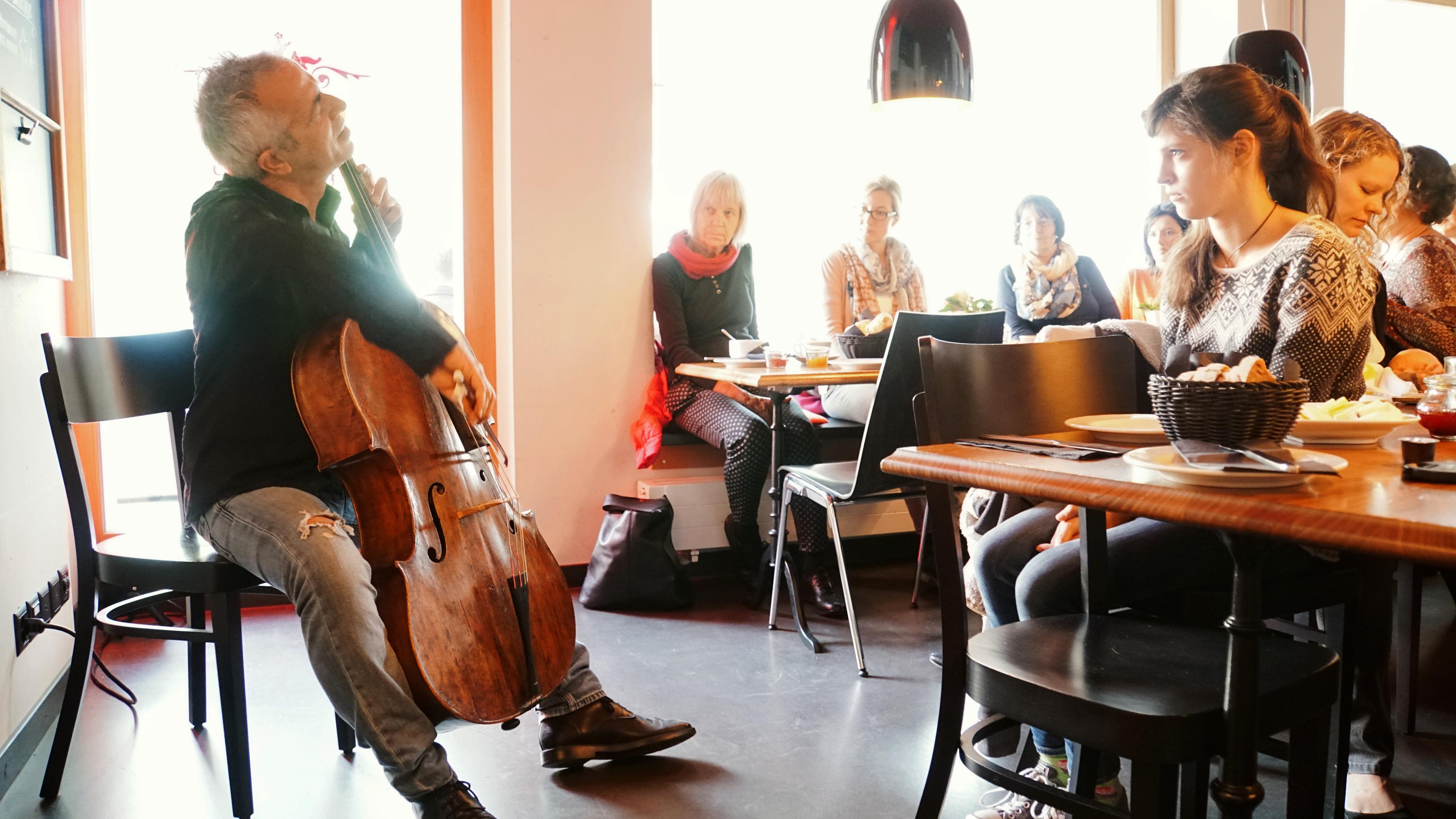 """Vivacello, Konzert """"VitaminC"""": Kaffee und Cellomusik im Kulturhotel """"Guggenheim"""""""
