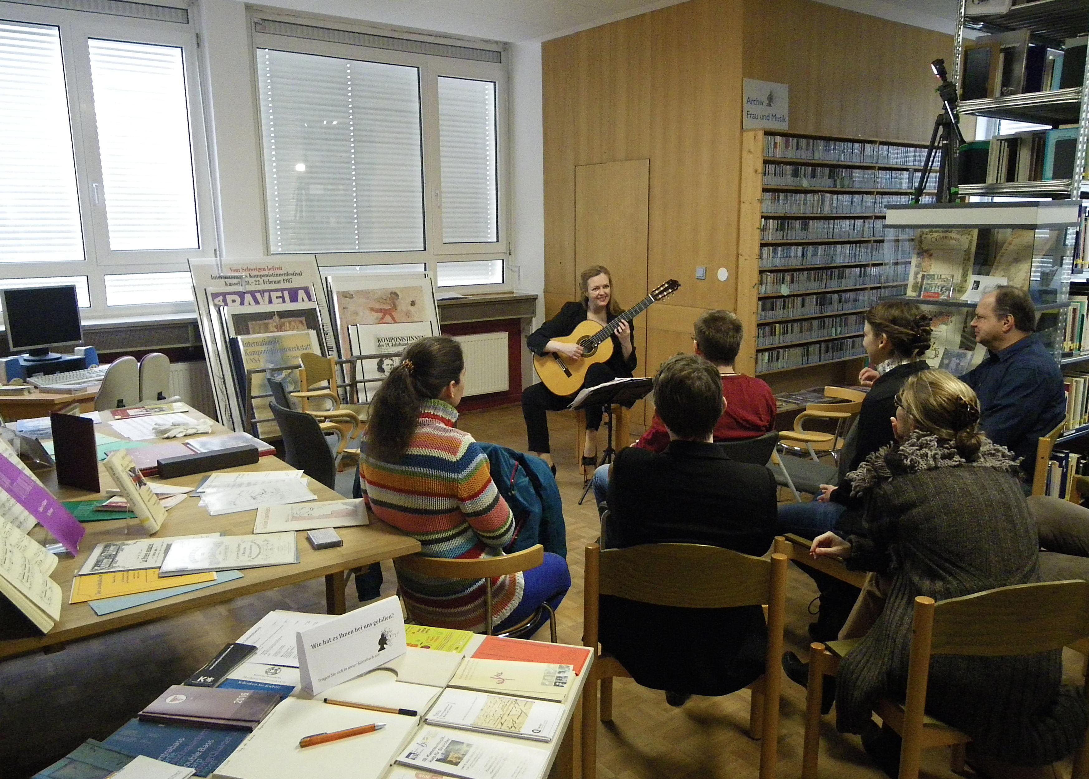 Konzert der Gitarristin Heike Matthias im Rahmen der Veranstaltung zum deutschlandweiten Tag der Archive im Archiv Frau und Musik